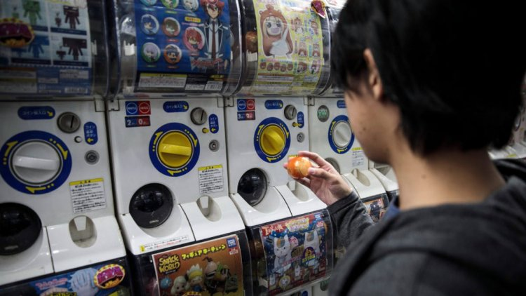 """The Japanese Slang Everyone Is Talking About Is """"Oya-Gacha"""""""